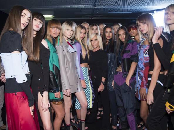 e5427a26ffc9c Donatella Versace nella foto di rito con le modelle dopo la sfilata p e 2017