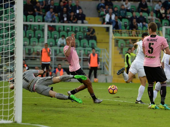 Il gol decisivo di Lapadula, il suo primo in Serie A, di tacco (Italy Photo Press)