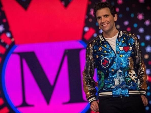 Stasera casa Mika  gli abiti del cantante sono già diventati un cult -  Corriere.it 8996febc34d