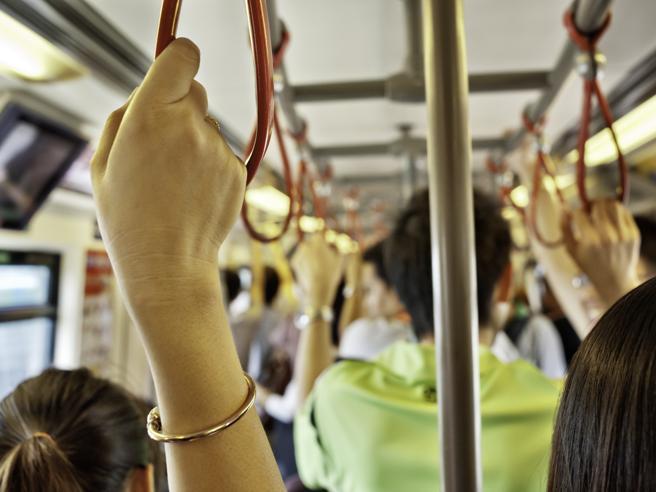 I virus che viaggiano sulle superfici: quanto durano e come difendersi