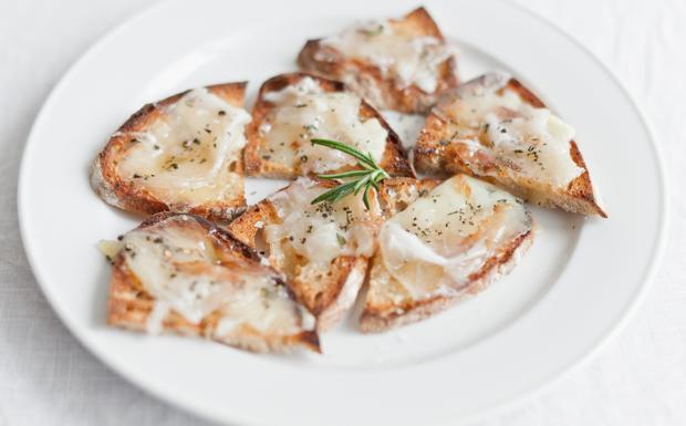 I crostini con lardo, pecorino, rosmarino e miele