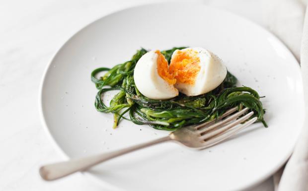 Agretti in padella con uova sode e acciughe sott'olio