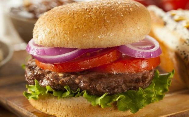 Cheeseburger con pomodoro e prosciutto