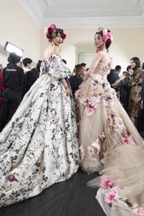 717a7002ad I fiori di Tokyo finiscono sugli abiti: Dolce e Gabbana sfilano in ...
