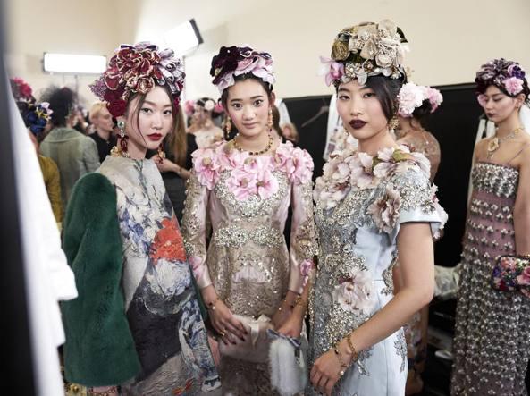 I fiori di Tokyo finiscono sugli abiti  Dolce e Gabbana sfilano in ... da85ea756ad