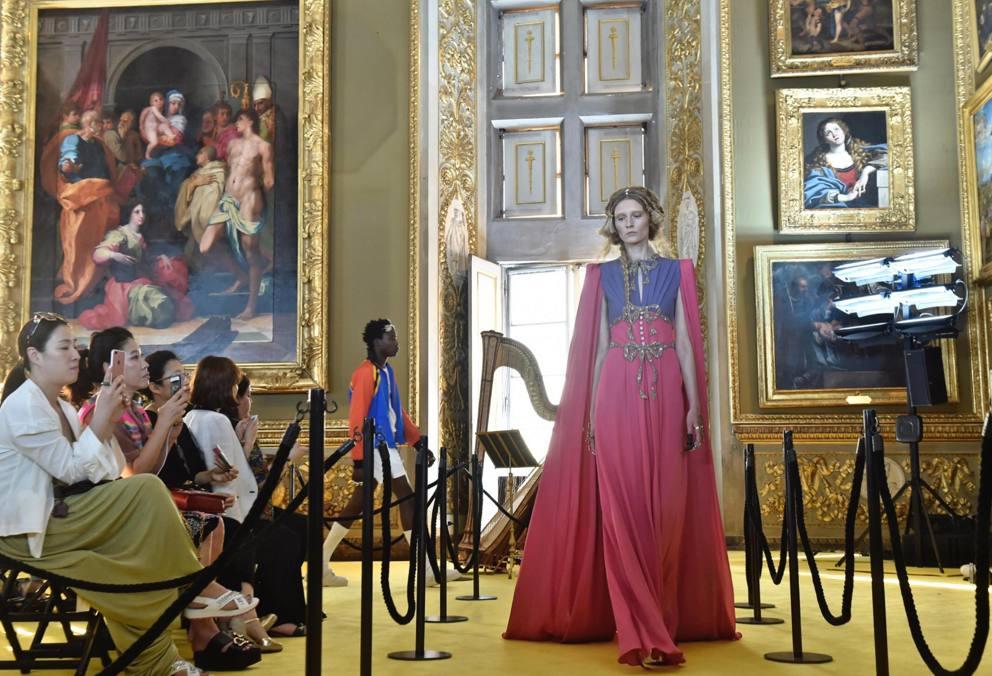 Gucci sfila a palazzo pitti a firenze corriere.it
