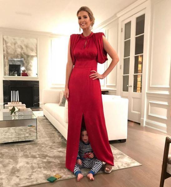 aaddb6f45301 Ivanka Trump gioca con i tre figli e pubblica sui social network le  immagini che la vedono nel salotto di casa