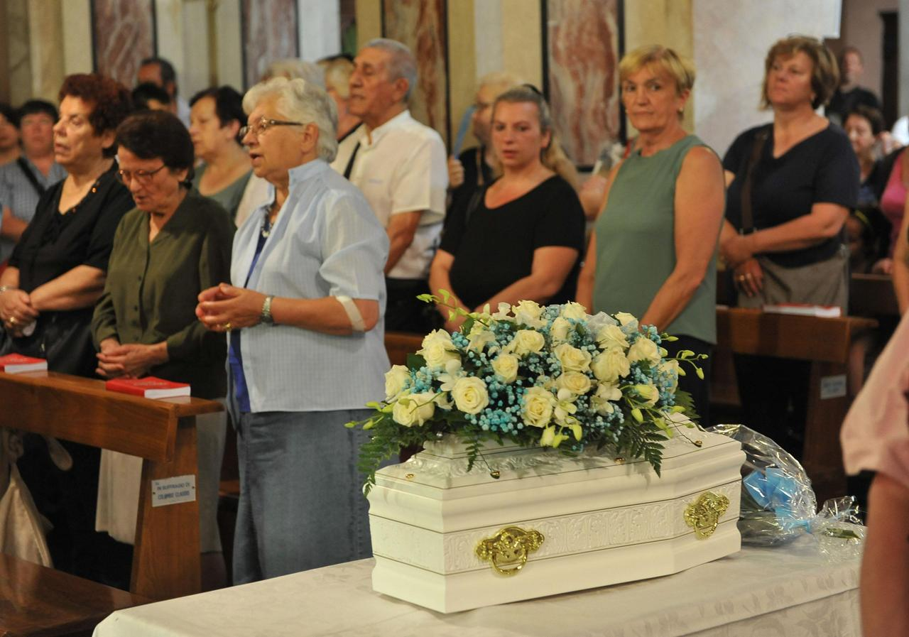 I funerali del bimbo gettato dalla finestra dalla madre a settimo torinese - Bimbo gettato dalla finestra ...