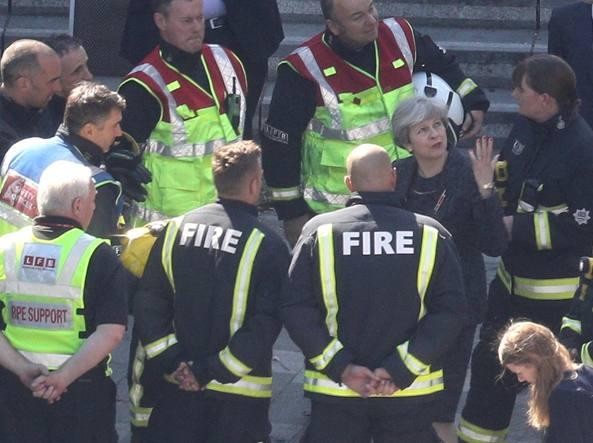 La premier Theresa May in visita alla torre (Getty Images)