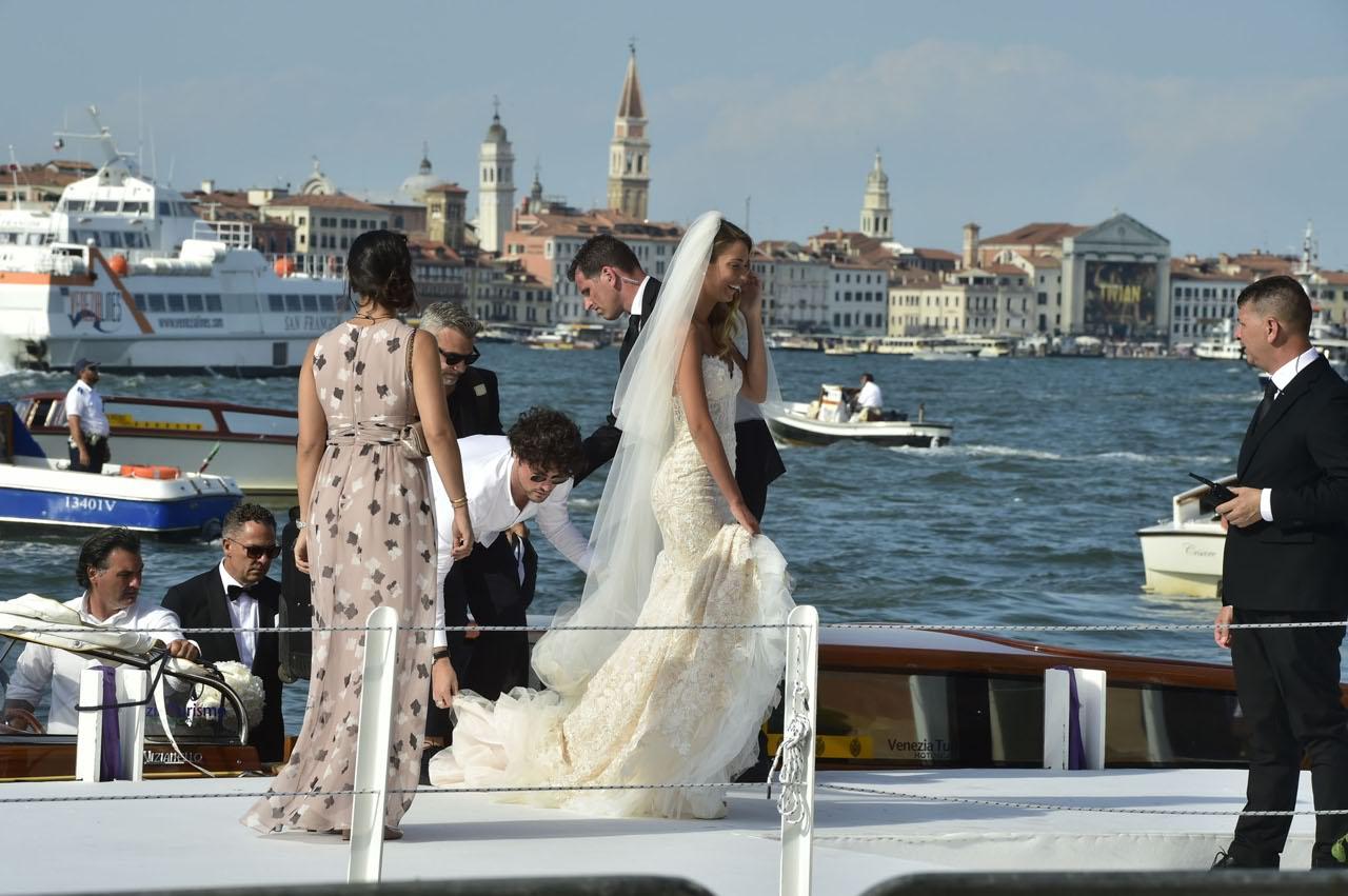d8717a1b9c5a L arrivo della sposa  il suo sorriso esprime bene tutta la gioia del  momento (LaPresse). Alice solleva l abito lungo per evitare di ...
