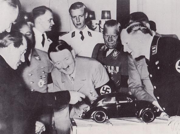 Il debutto della Volkswagen Typ 1: Ferdinand Porsche (a sinistra) presenta il modello in scala al cancelliere del Reich Adolf Hitler