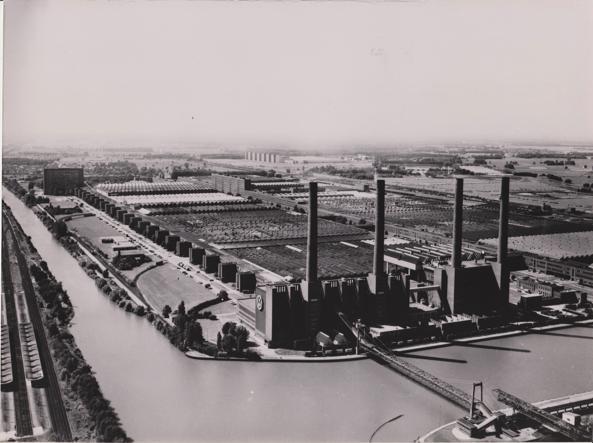 La fabbrica della Volkswagen a Wolfsburg in un'immagine d'epoca