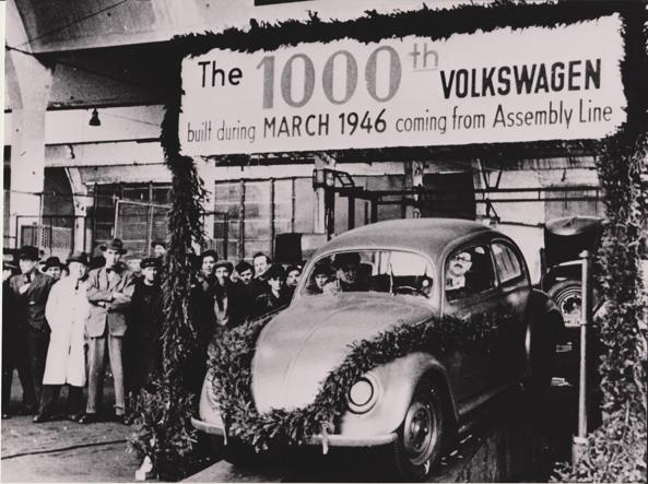 Il millesimo Maggiolino esce dalle catene di montaggio di Wolfsburg. Al volante, il maggiore Hirst