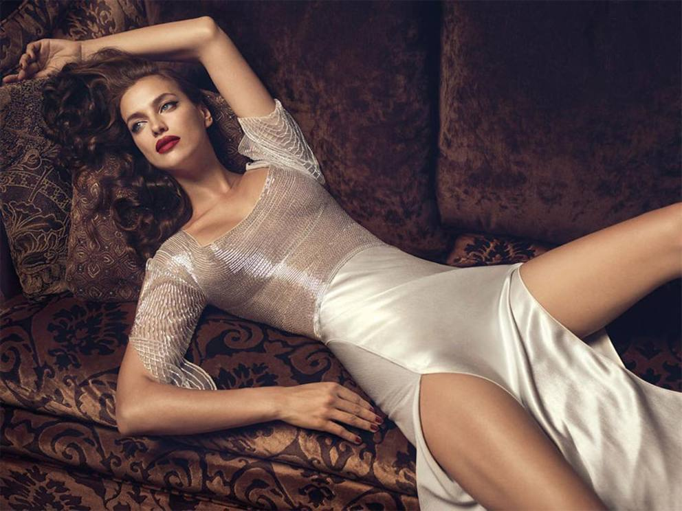 Irina Shayk, camicia (slacciata) e pantaloni nella notte ...