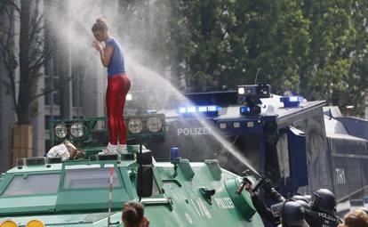 G20 amburgo nuovi scontri manifestanti bloccano melania trump - Agenzie immobiliari ad amburgo ...