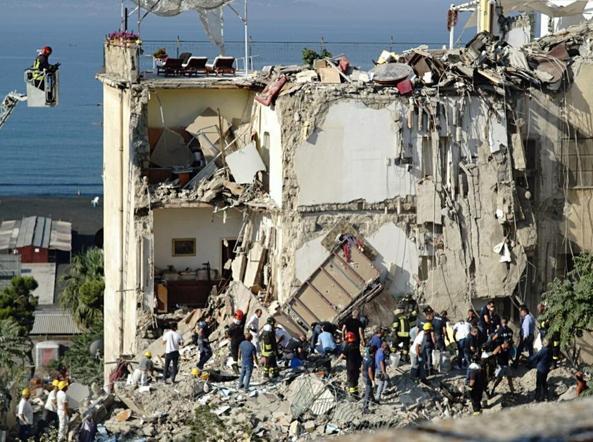 Risultati immagini per crollo palazzina torre annunziata