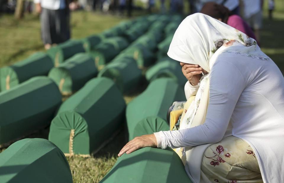 Risultati immagini per A Srebrenica si rinnova il dolore per il massacro del 1995. Al cimitero di Potocari la tumulazione dei resti delle altre vittime