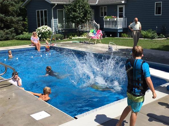 Costruisce una piscina per bambini per sentirsi meno solo la