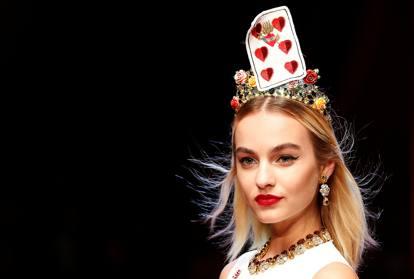 Dolce e Gabbana  una regina di cuori in passerella. «L amore è bellezza» a5e8ce875b8