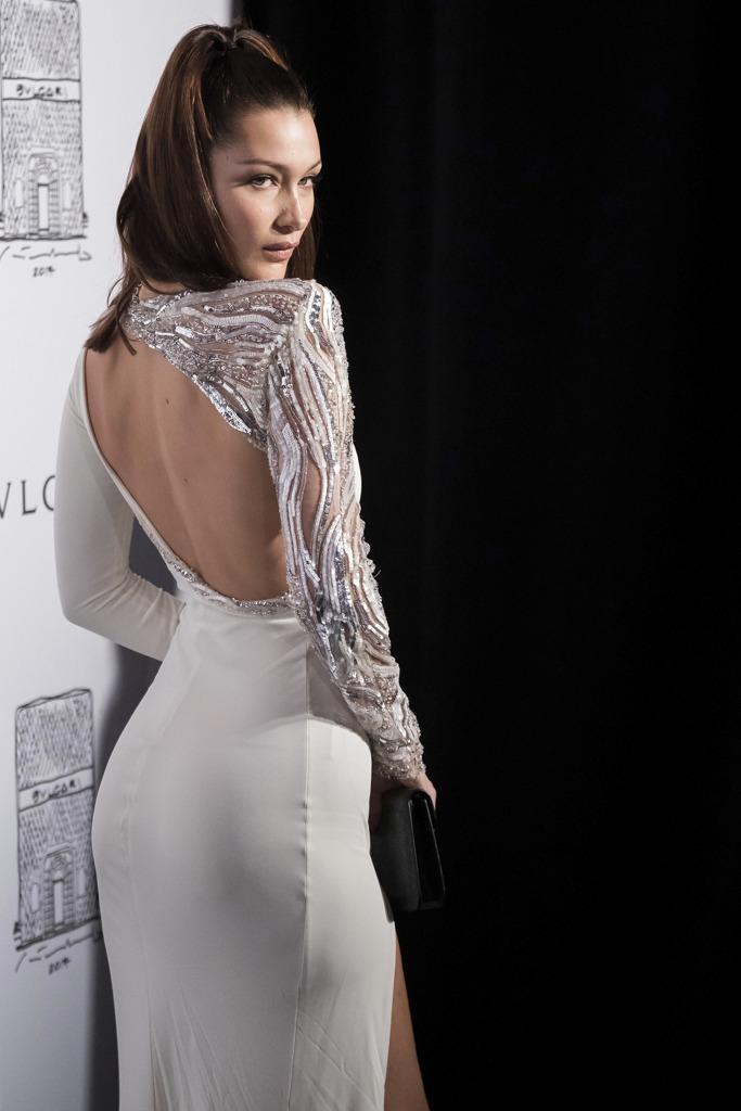 0e971480ed79 Schiena nuda e spacco  bianco e argento. Bella Hadid illumina la notte di  New York. La modella