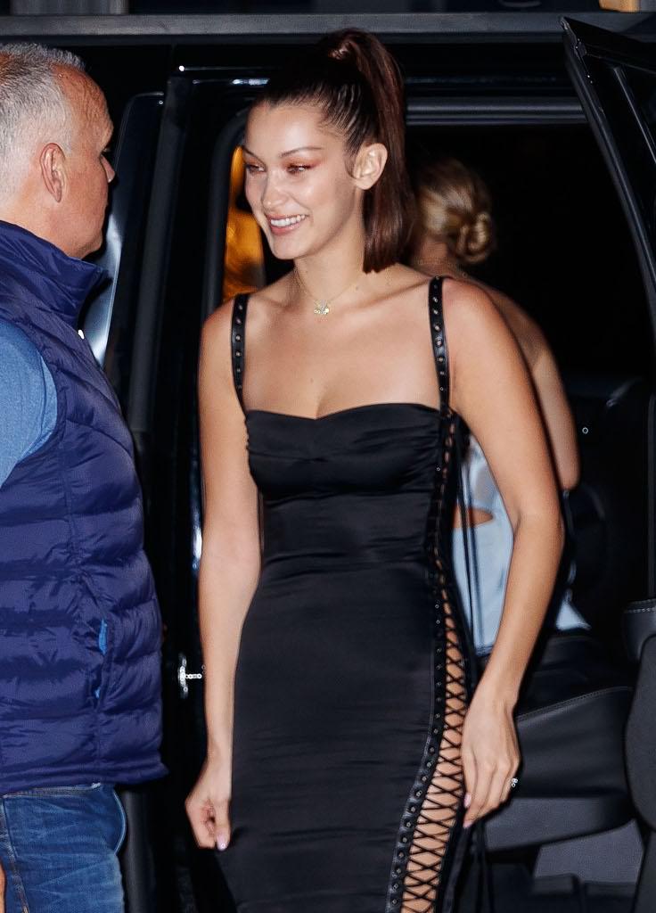 f3675b11e894 New York  Bella Hadid in pelle rossa e stivali con la sorella Gigi ...