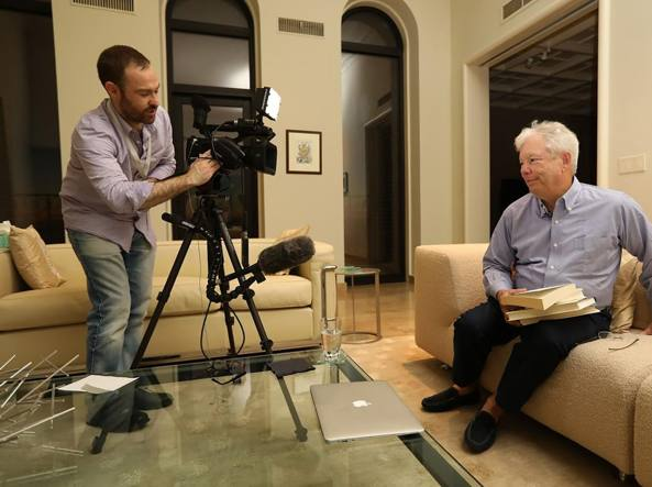 Richard Thaler nella sua casa di Chicago durante un'intervista dopo la notizia del Nobel (Anne Ryan/University of Chicago)