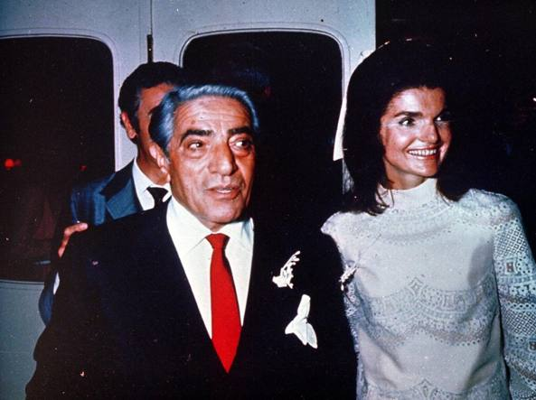 9f8018c692aa 20 ottobre 1968  Jackie Kennedy sposa Onassis in bianco di Valentino -  Corriere.it