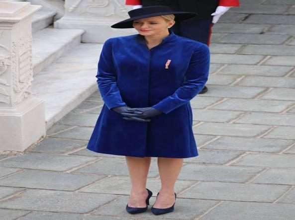 abb1e1c749f2 Royal Blue firmato Akris  Charlène e gli abiti degli appuntamenti ufficiali  - Corriere.it