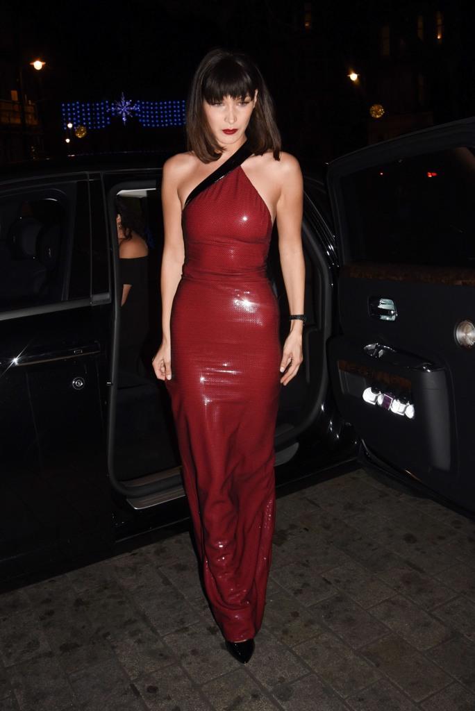 8d1cc0869f13 Rosso fuoco e giacca bianca con il pelo  Bella Hadid in versione Jessica  Rabbit al party natalizio di Tag Heuer a Londra. Vestito lungo e  attillatissimo