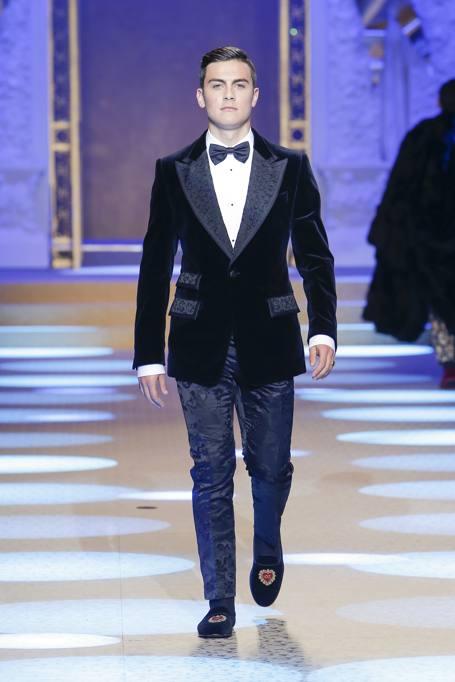 Paulo Dybala modello  il calciatore chiude la sfilata di Dolce e Gabbana de65df3bbef