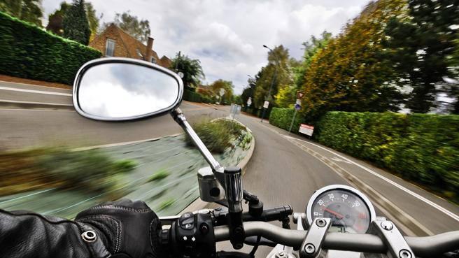 Incidenti stradali, l'allarme: gli automobilisti non vedono le moto