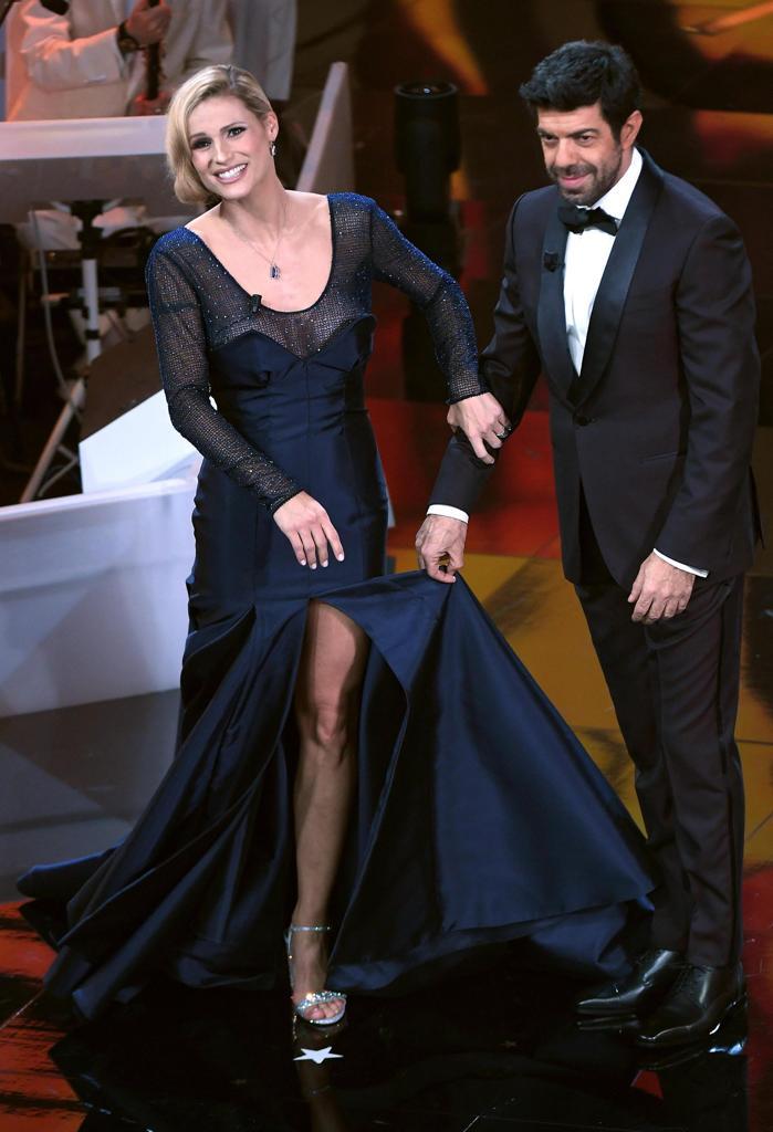 Lo spacco centrale del vestito. Ai piedi sandali color argento. Accanto a  Michelle Pierfrancesco Favino indossa uno smoking di Ermenegildo Zegna  (Ansa) 9c2399a448a