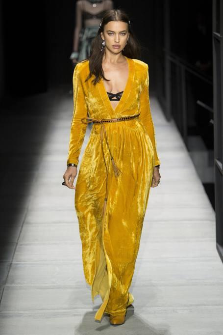 a0ca14046a3a In giallo o con un robot  Irina Shayk torna in passerella a New York ...