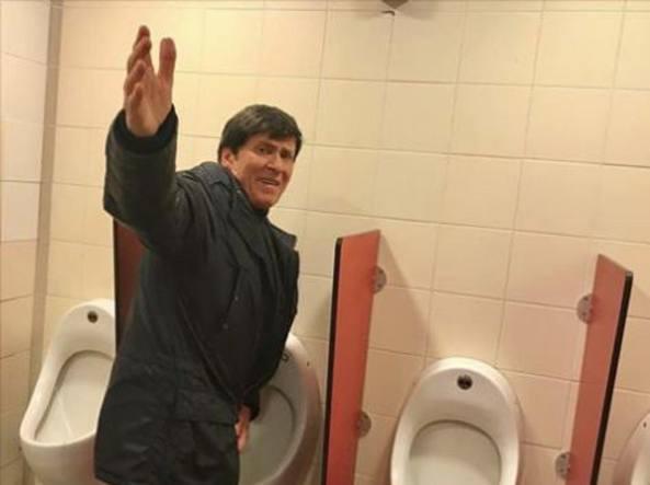 Sono Entrata Nel Bagno Degli Uomini : L ironia di gianni morandi fotografato nel bagno dell autogrill