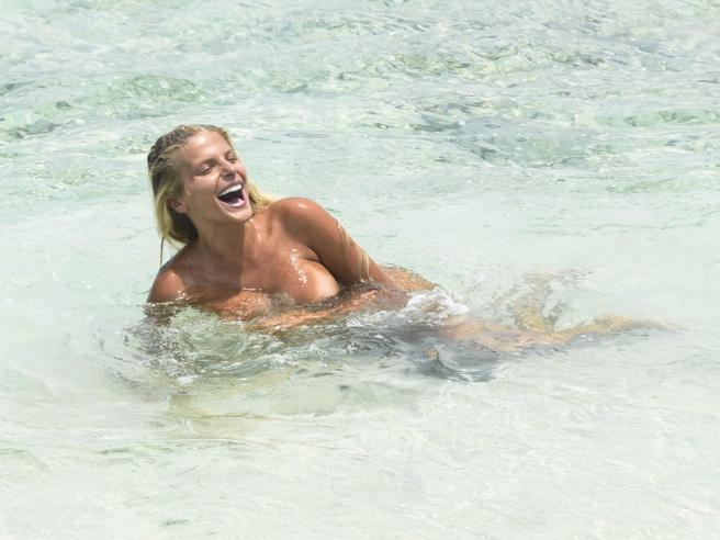 Isola dei Famosi: Francesca Cipriani fa il bagno nuda. Vita da naufraghi «vip» in Honduras