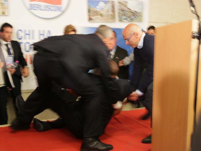Berlusconi inciampa sul palco a Isernia