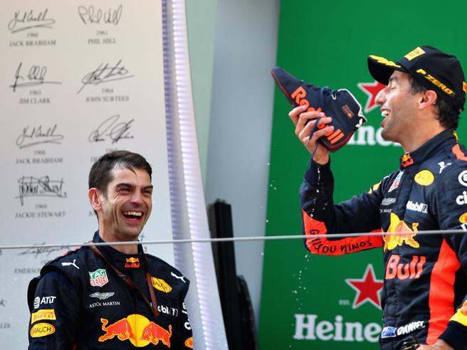 F1, Gp di Cina: da Verstappen modello autoscontro al rito della scarpa di Ricciardo