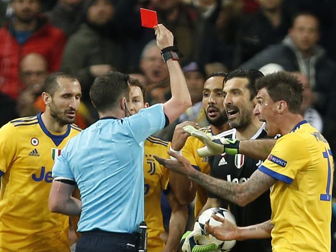 Arbitro Oliver, minacce alla moglie Lucy dopo l'espulsione di Buffon