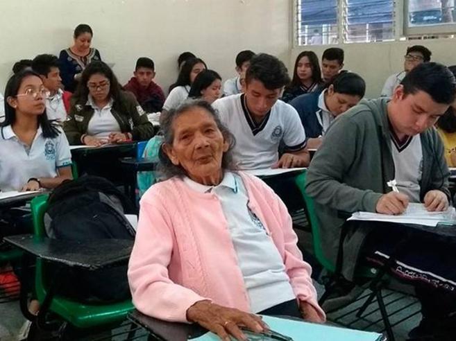 Il sogno di «donna Lupita»: s'iscrive alle superiori a 96 anni