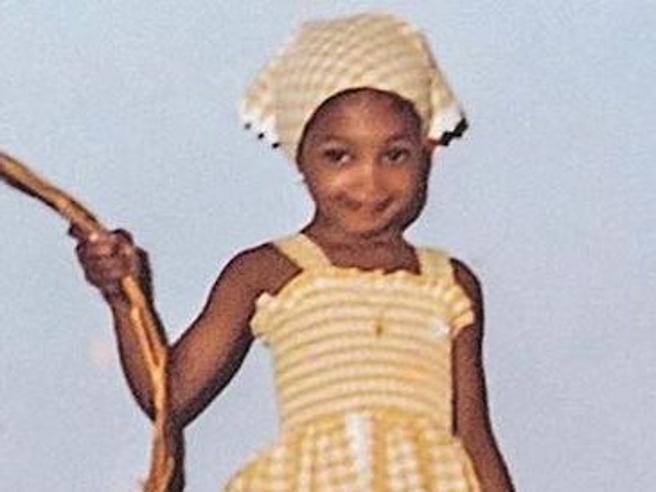 Naomi Campbell posta una sua foto a 3 anni: stile contadinella sa già come posare