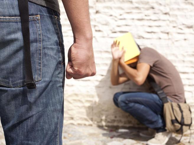 Bullismo, botte e umiliazioni al 17enne: la sua maglietta