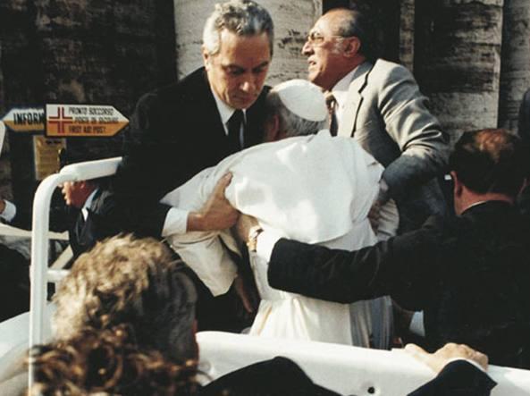 Angelo Gugel sorregge Papa Wojtyla dopo l'attentato di Agca