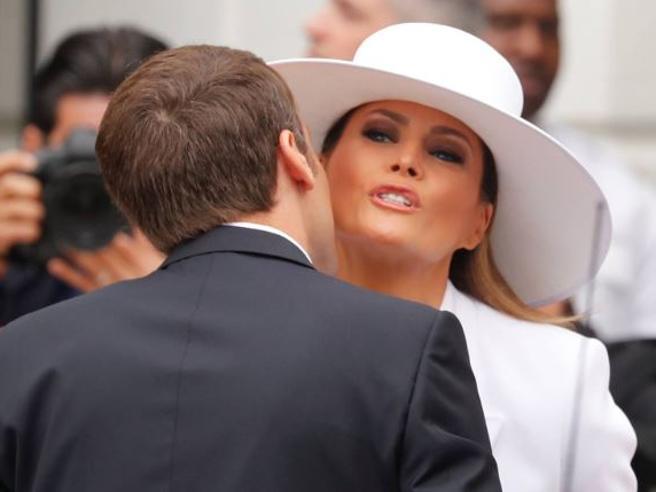 Melania Trump e Brigitte Macron, first lady in bianco: con il cappello a tesa larga la first lady Usa conquista il presidente francese