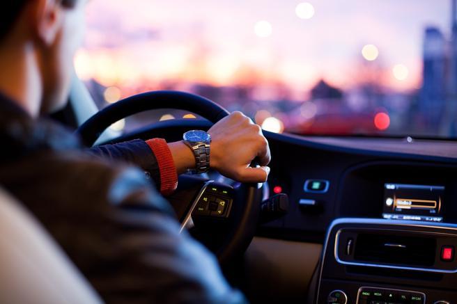 Dalla marcia sbagliata ai fari solo di notteI 7 errori al volante che facciamo tutti