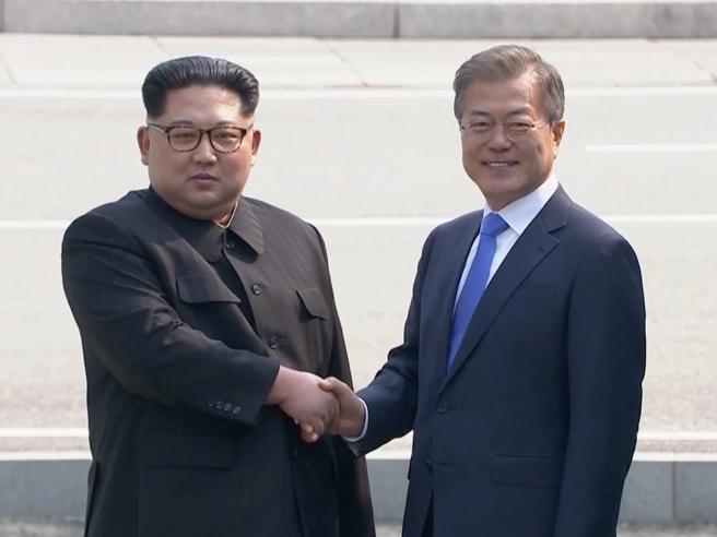 Storico incontro al confine tra Corea del Sud e Nord,   Kim: «Ora inizia una nuova storia»