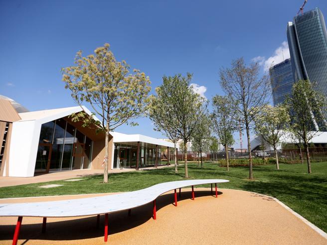 Milano Citylife, ecco  l'asilo tutto in legno  sotto i grattacieli Le foto