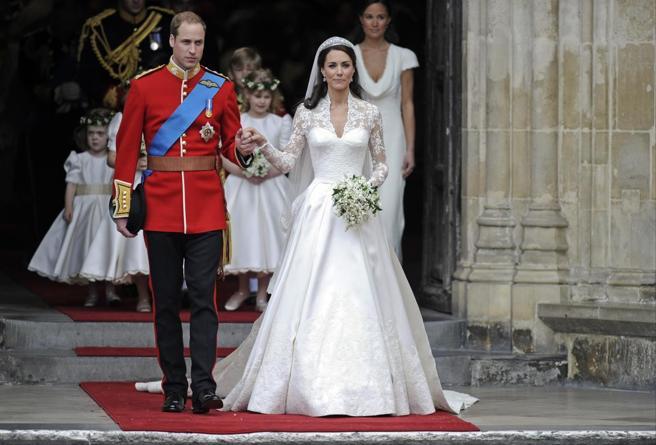 I dieci segreti sull'abito nuziale di Kate Middleton: il velo prezioso, l'imbottitura e i diamanti