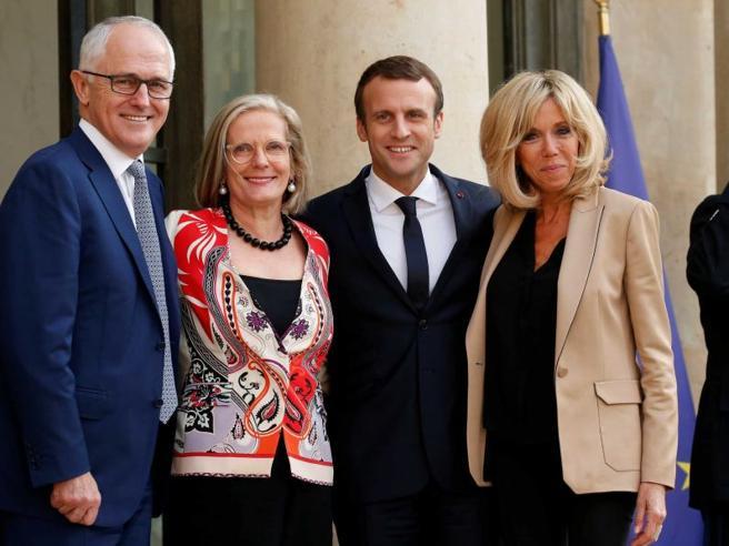 La gaffe di Macron che definisce «squisita» la first lady australiana Il web si scatena