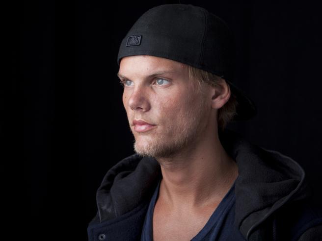 Il dj svedese Avicii suicida probabilmente con un pezzo di vetro