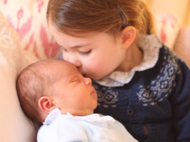 Kate Middleton posta le prime foto del principe Louis, il terzo royal baby